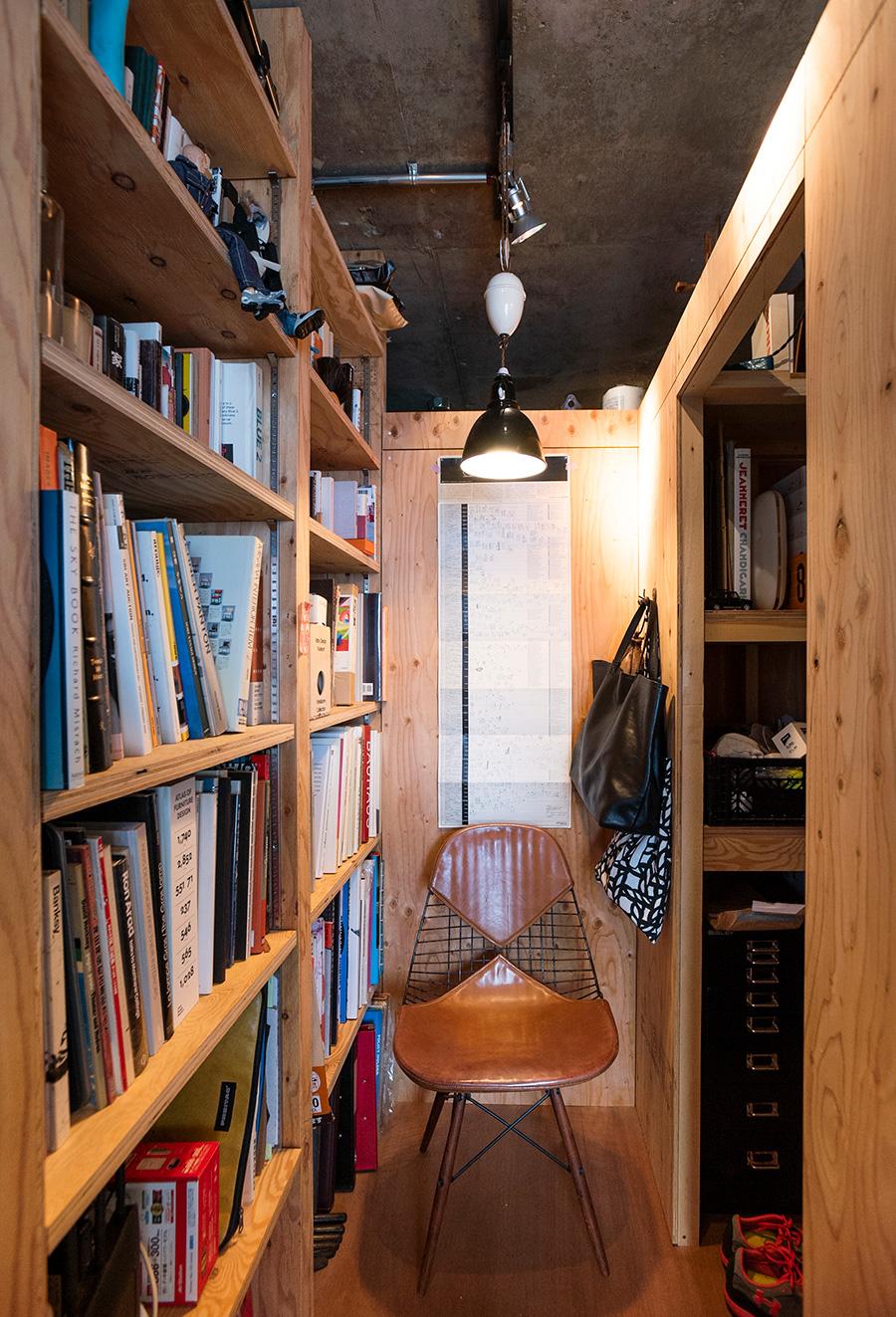 1950'sのイームズ PKWは、木の脚で回転するところがレア。突き当たりの壁はDIYで作成したもの。左手に本棚、右手が収納。