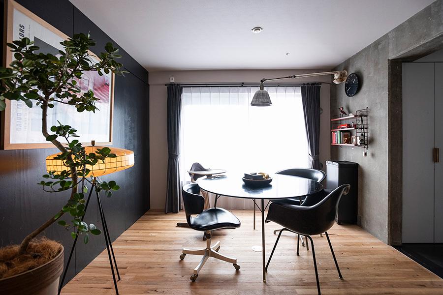 様々なブランドを揃えたダイニングの家具は、黒で統一。右手にキッチンがある。