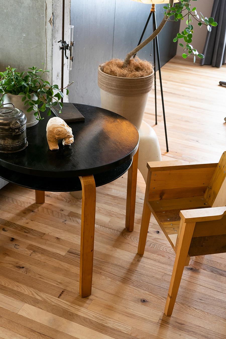 左の丸テーブルはAlvar Aaltoの model 70 table。Finmar社製。右手はスクラップ材で家具を作るピート・ヘイン・イークのイスで、長男のファーストチェア。