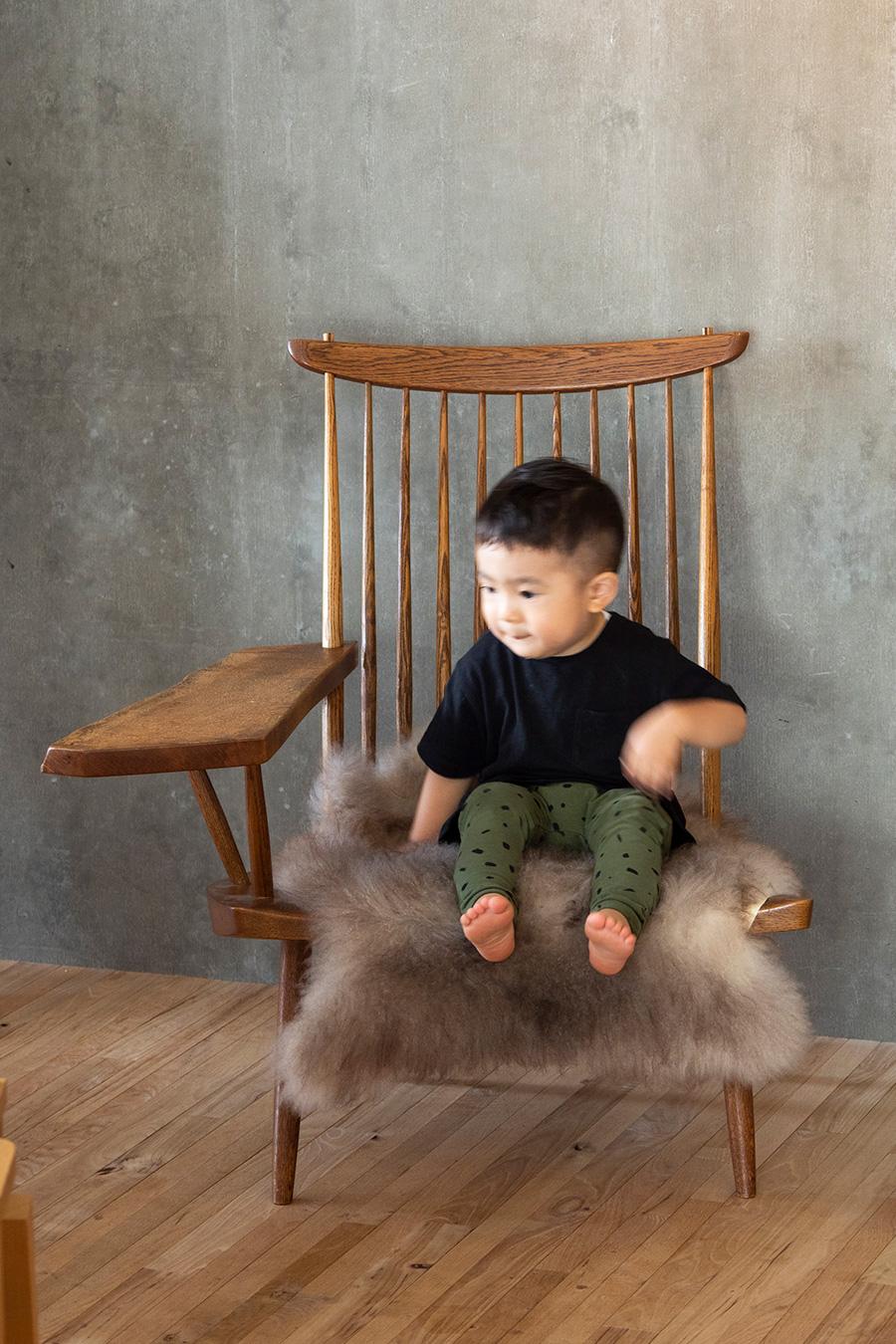 長男・多桜くん(2歳)が座るのは、1960年代のジョージ ナカシマのラウンジアームチェア。アームはひとつひとつ異なるデザイン。イスでアートの英才教育中の、古久保さんのインスタグラムにも注目。