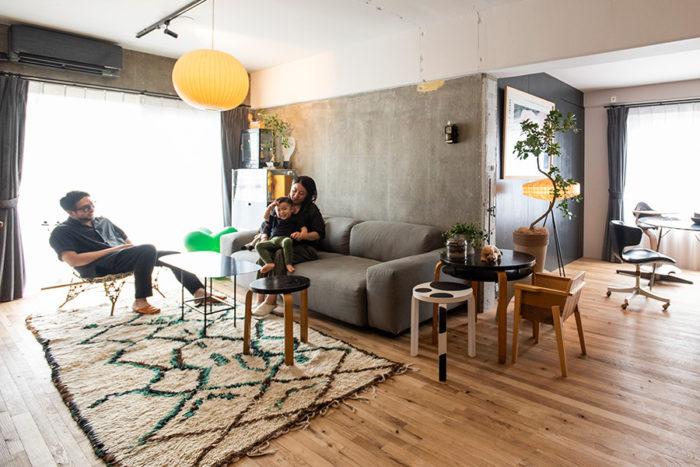 """ヴィトラのソファーまわりに集う古久保さん一家。鉄製のソファーテーブルは、""""羊羹""""をイメージして古久保さんの先輩にデザインしてもらったオーダーメイド。施工は「リノベる。"""