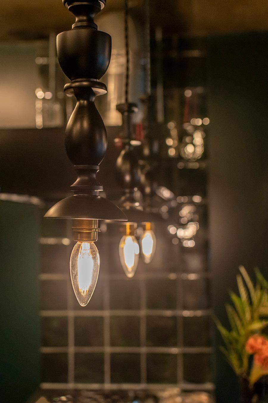 燭台を象った照明は「Orne de Feuilles」で購入。