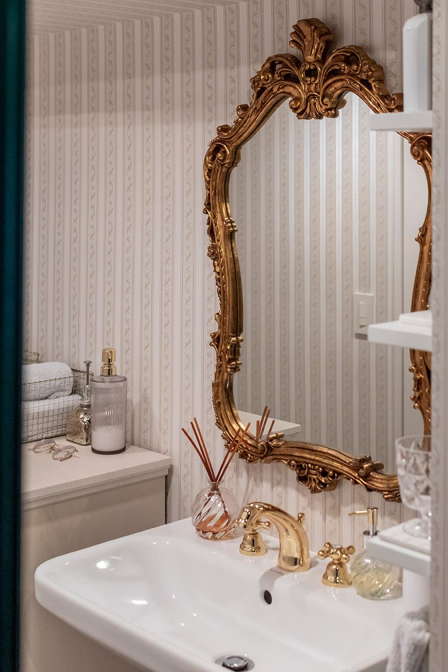洗面台の鏡はネットオークションで落札したもの。
