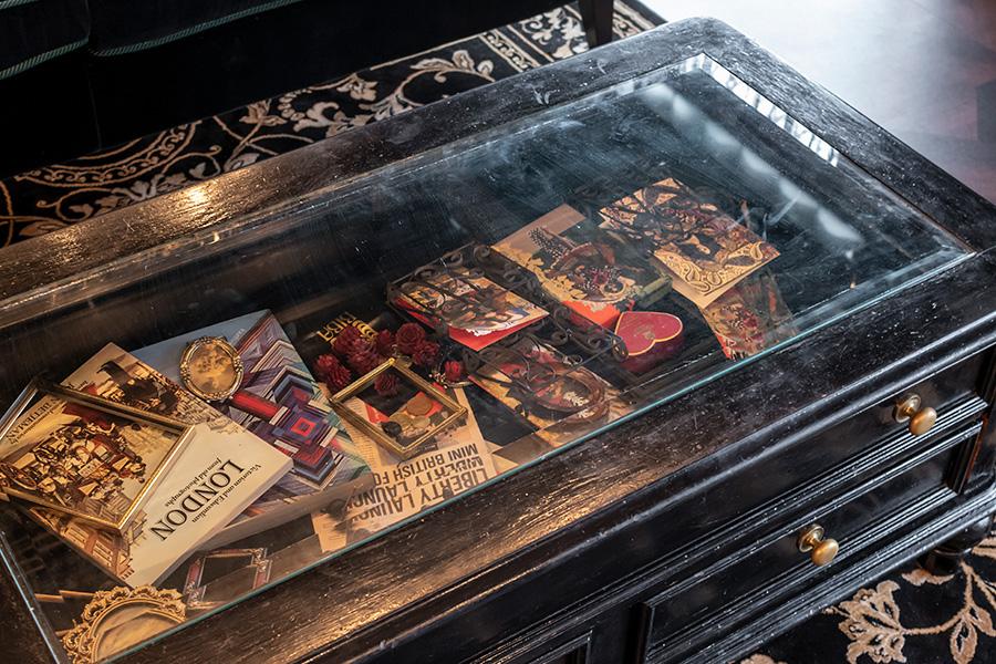 テーブル内部にはロンドンを思わせる品々を飾って。