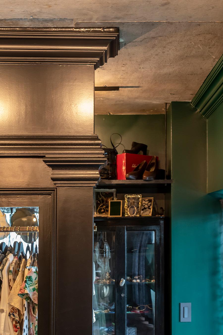 天井や間仕切りをモールディングで装飾。
