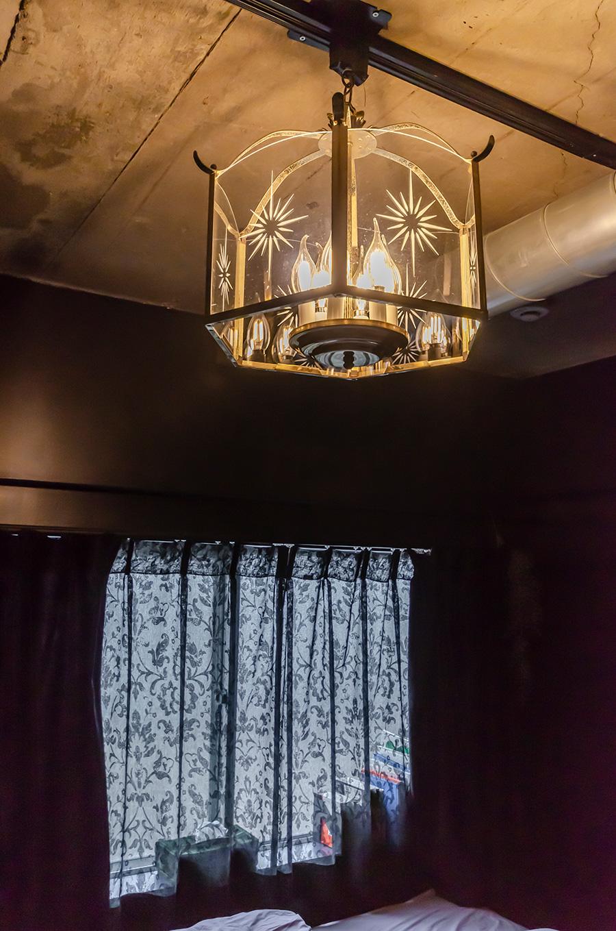 ステンドグラスのシェードが美しい寝室の照明。