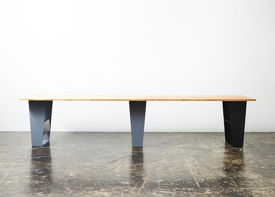 スチールレッグ3脚と天板を2枚組み合わせれば、かなり大きなテーブルに。来客の多いホームパーティーにも対応できる。