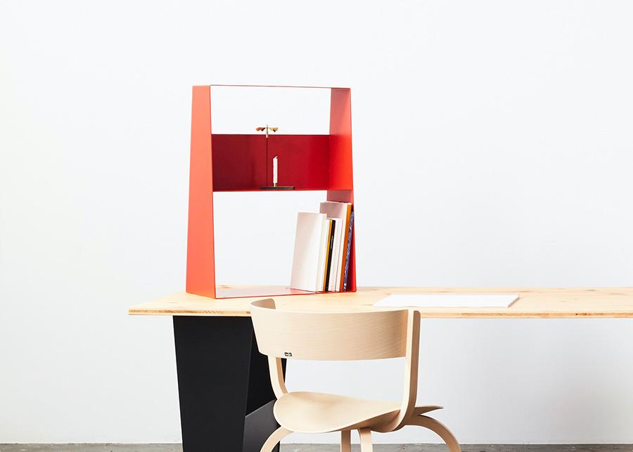 スチールレッグをデスクトップに乗せて本棚にするという大胆な発想。家での仕事が続いて書類が増えても大丈夫。