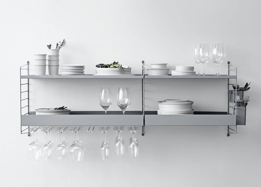 オプションを追加すれば食器棚に変身。 ペン立てとして使用していたオーガナイザーは、カトラリー収納に。 グラスハンガー 各¥6,000〜