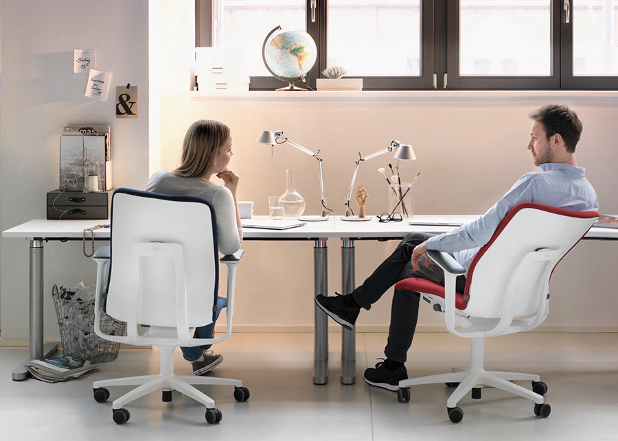 無意識下での姿勢の変化を妨げず、よりバランスよく、かつダイナミックな着座時の身体の動きを実現。