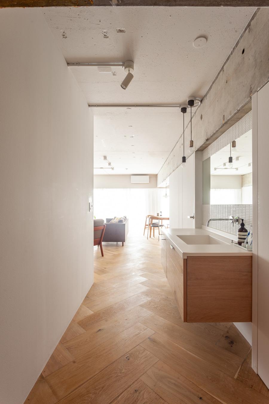 リビング手前の廊下に洗面台を。広めの廊下が開放感を感じさせる。