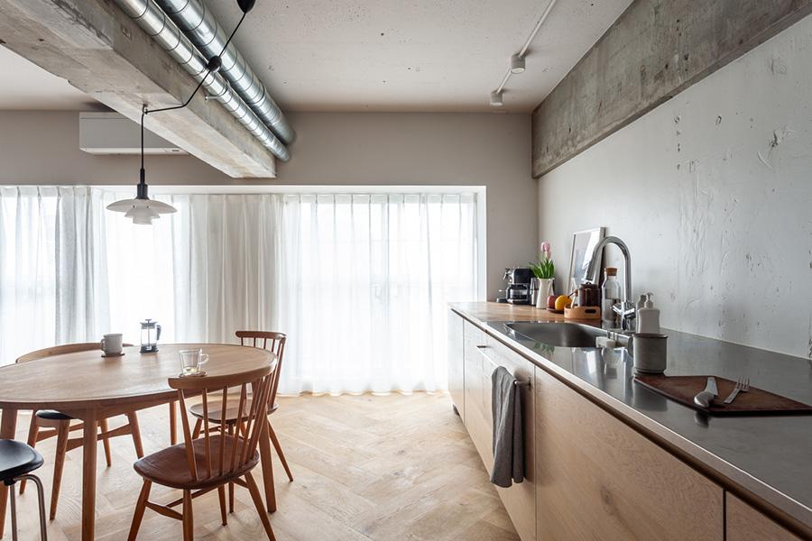 ホワイトオークを使ったキッチン台は、標準より深い奥行き780mmで使いやすい。