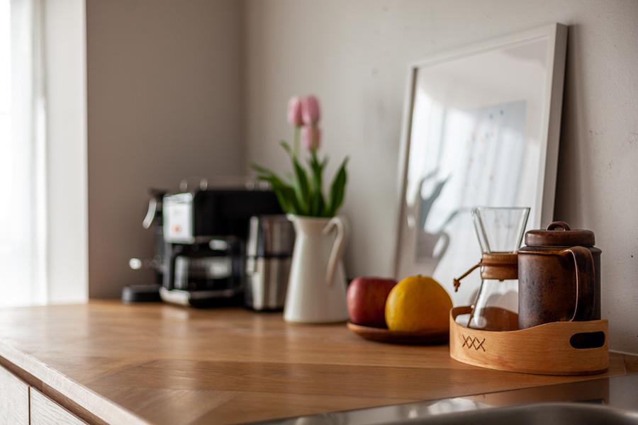 キッチン台の一部を床と同じヘリンボーン張りに。