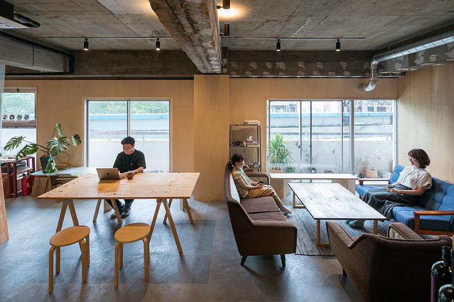 コロナ禍でリモートワークが増え、日中の人口密度が上がったのだとか。家具は工事の際の端材でDIYしたり、長野県諏訪の古道具店「REBUILDEING CENTER JAPAN」で揃えた。