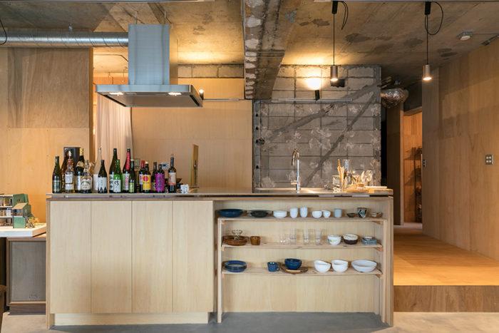 リビングの中央に大きなキッチン。「お酒はいただきものがどんどん増えています。誰が飲んでもいいことになっています」。料理は食べたいものを各自作るスタイルだそう。