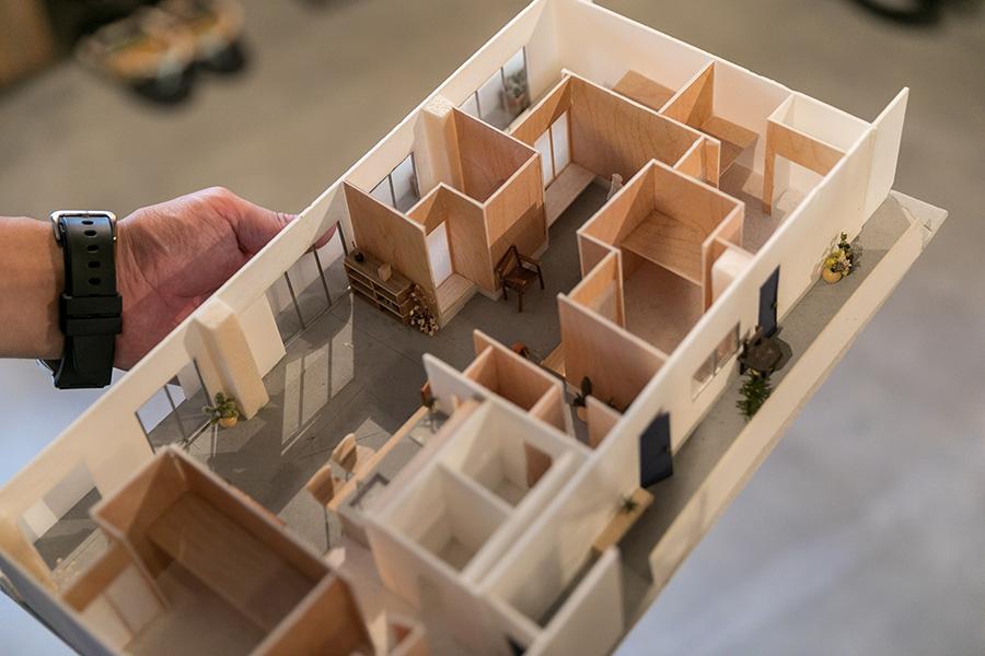 「水谷基地」の模型。合計5室のシェアハウスだ。約3世帯分をつなげたので、玄関のドアは3つある。