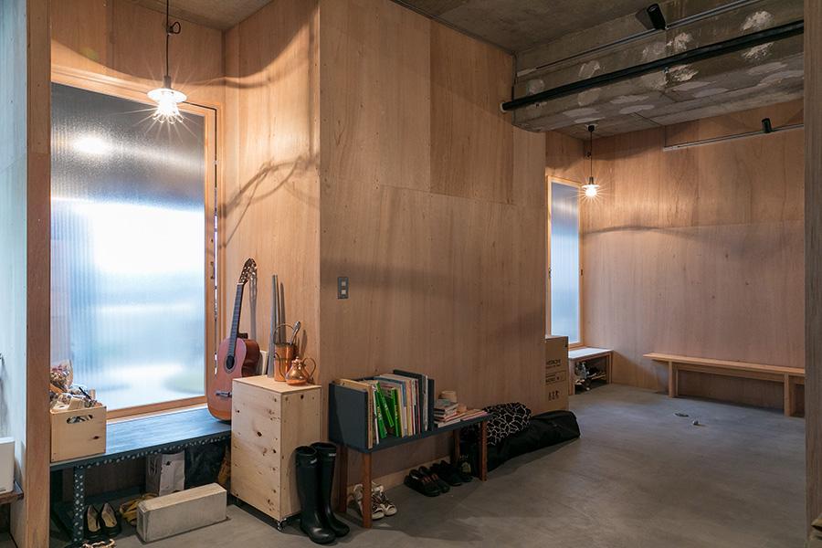それぞれの部屋の前に門灯のような照明が下る。ドアは半透明のポリカーボネイトなので、在宅中は気配でわかる。