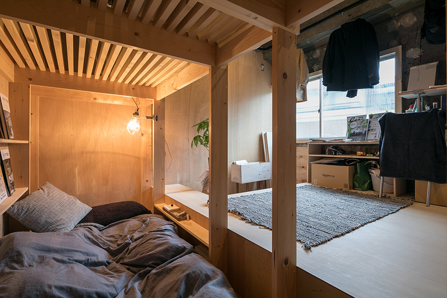 塩脇さんの部屋。下の段をベッドに。上の段には遊びに来た友人のベッドにするために空けてあるそう。