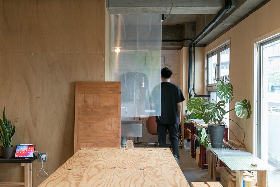 カーテンの向こうが塩脇さんの部屋の前のスペース。