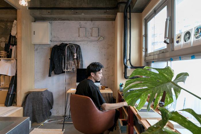 部屋の前のスペースは塩脇さんの仕事場になっている。