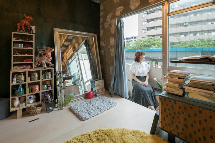 千代田さんの部屋はテラスに面している。手前のドットの家具は、イラストレーターでもある千代田さんのお手製。