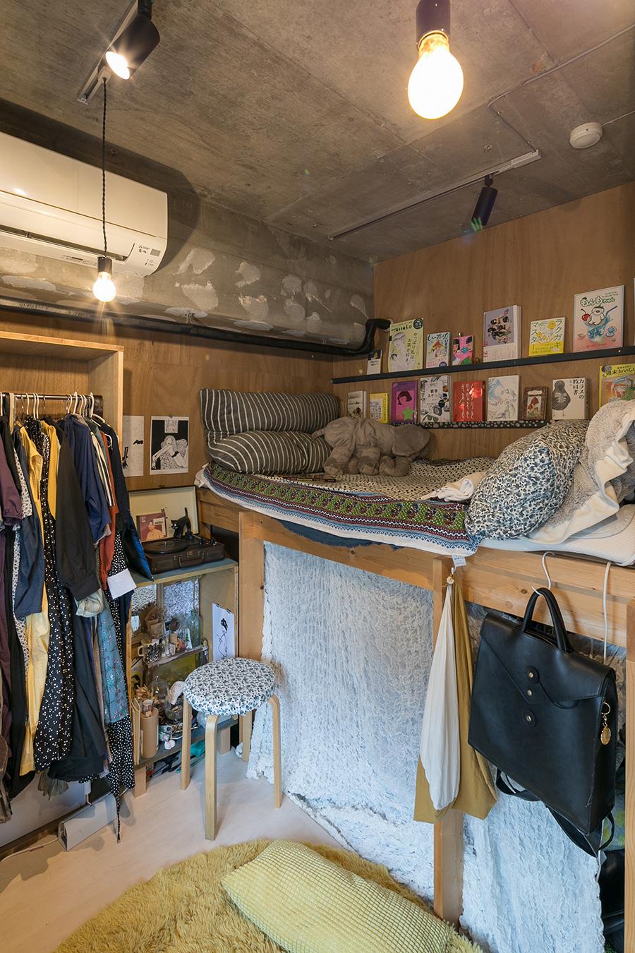 千代田さんは上の段をベッドにしている。壁面に本を並べるための棚をDIY。