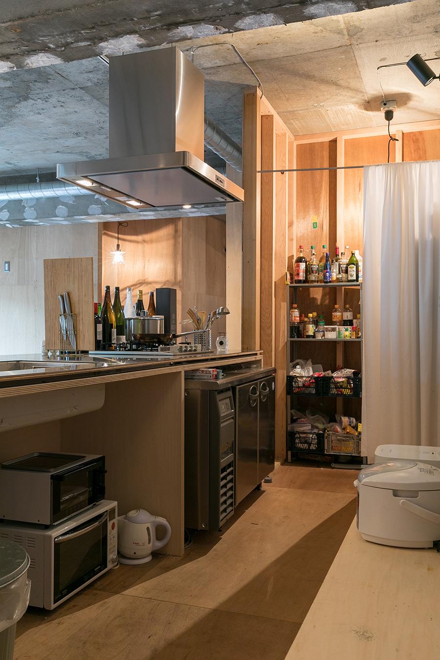 キッチンの奥にはパントリーを設けた。調味料は共有。個人のストックはカゴの中へ。