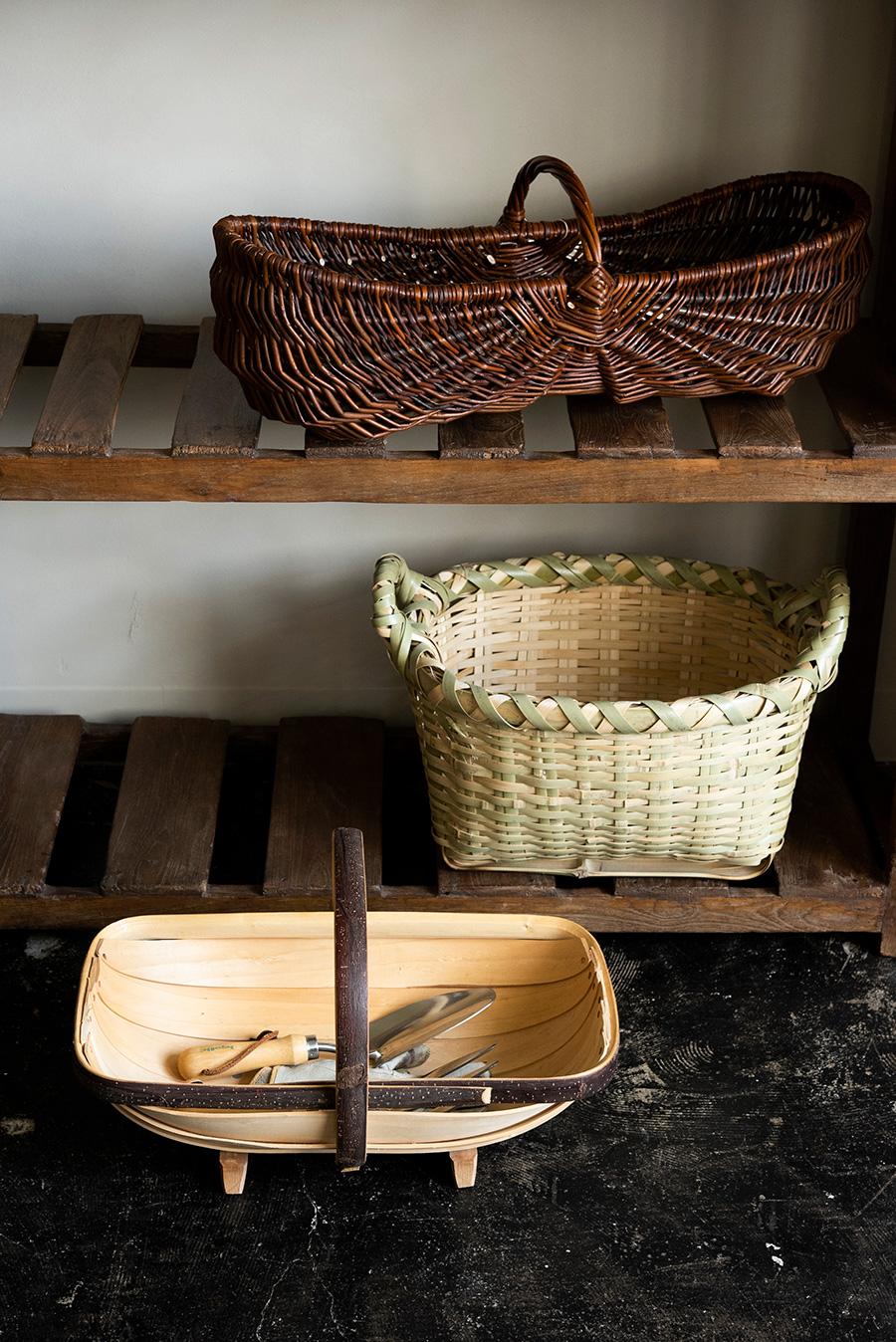 上・フランス、ブルターニュ地方で100年以上前から使われていたとされるポワソニエール(魚売り)のカゴ¥27,500。魚がまっすぐに並べられ、新鮮に見えるようにデザインされている。中・福島県小名浜漁港で水揚げに使われていた万漁カゴ¥12,100。素材は真竹で頑丈な造り。下・イギリスのサセックス地方に伝わるガーデニング用のカゴ、ガーデントラッグ。しなやかなヤナギの木に持ち手にはクリを使った、英国王室御用達の品¥18,700。*価格はすべて税込み表示。