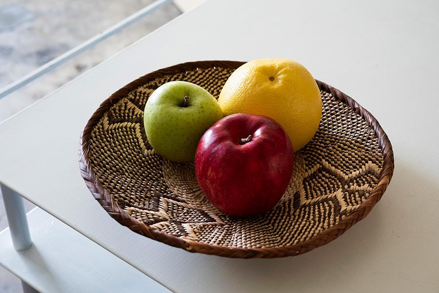 編み柄が個性的で美しいアフリカのカゴには、鮮やかなフルーツを盛りたい。¥3,850。