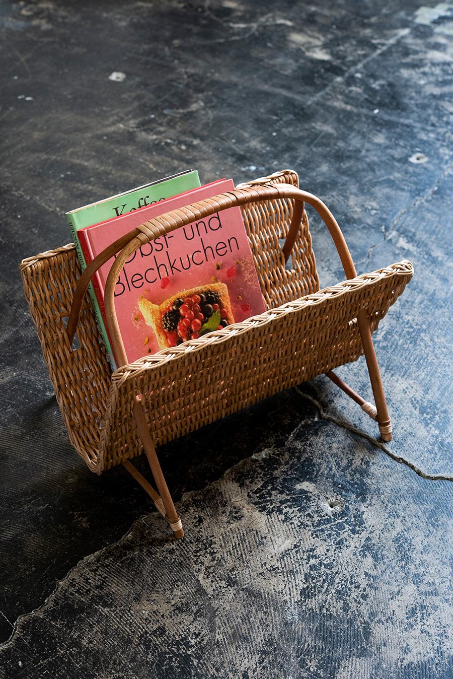 重たい本も支えてくれる丈夫なマガジンバスケット¥13,750。自家栽培のヤナギを使って、ラトビアの職人が手作り。