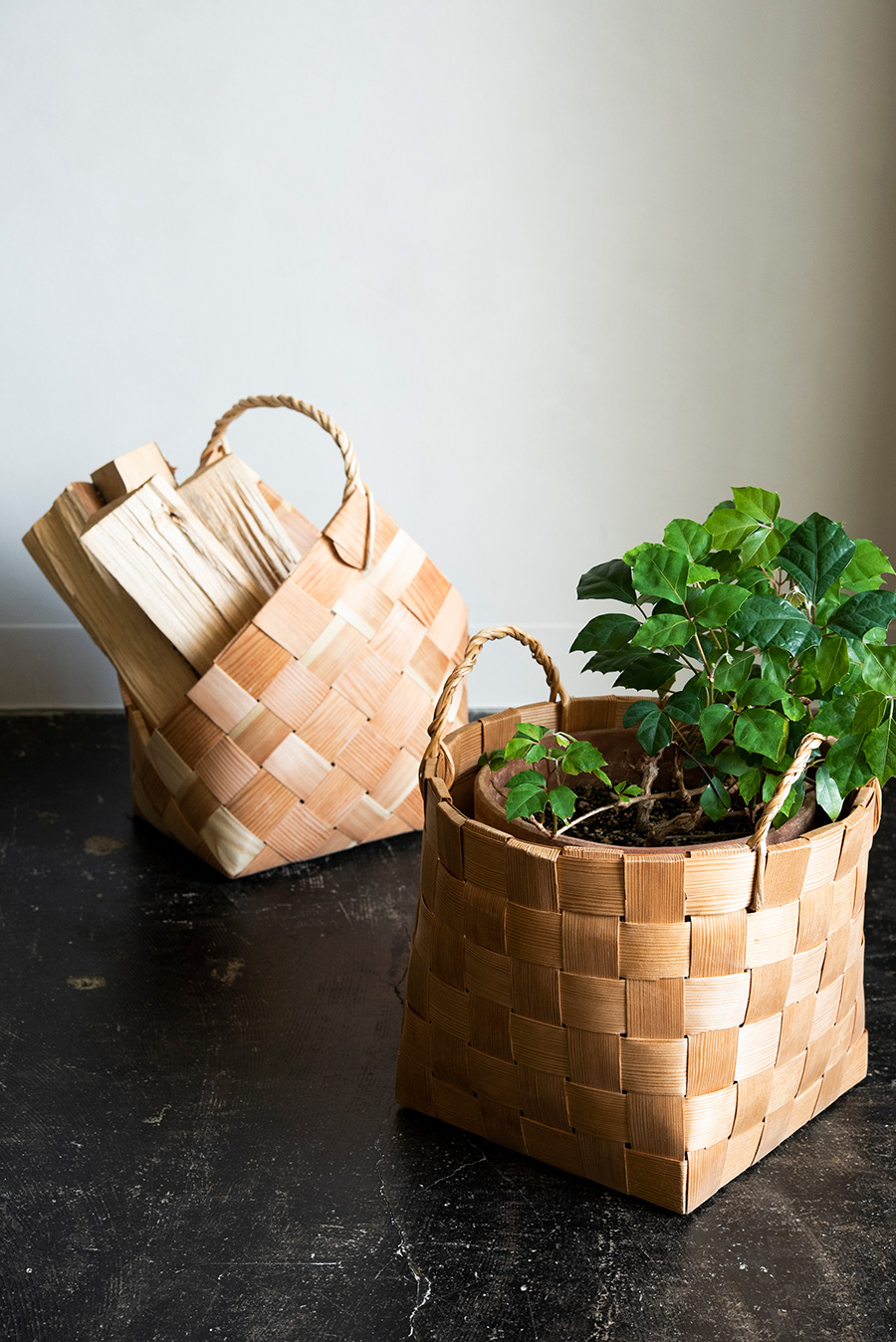 エストニアのパイン・バスケット。針葉樹の割材は北国でよくみられる素材。かつては薪入れや運搬に使われていたもの。鉢カバーや雑誌などの収納におすすめ。左・焚き火かご¥10,450、右・菜園かご¥9,900。
