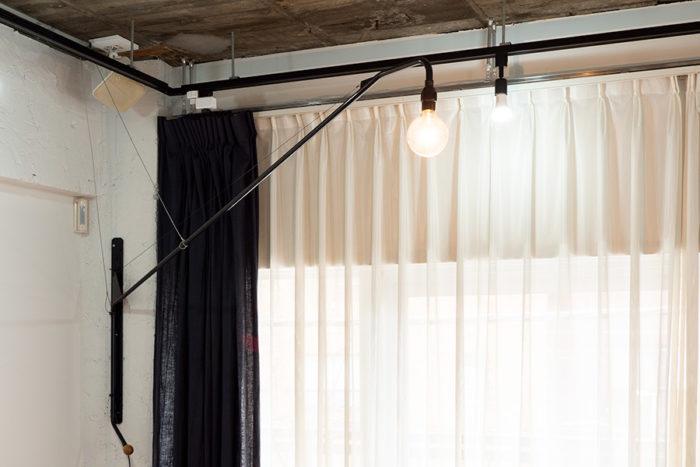 Vitra社製のJean Prouvéのウォールランプも、スマートプラグを組み合わせることで、声でオンオフが可能。