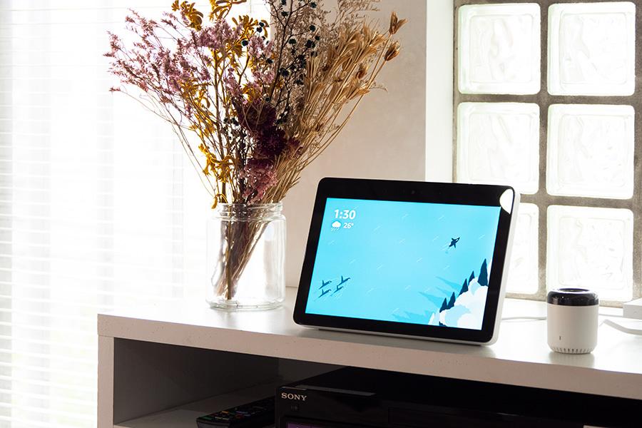 AIアシスタント搭載で、声だけであらゆる操作ができるスマートスピーカー。Amazon Echo Show(左)。右は、エアコンやテレビなどの家電操作を可能にするスマートリモコンeRemote mini 。