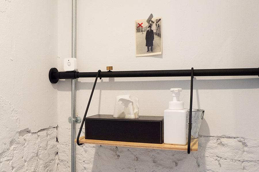 トイレにPhilips Hueスマートライト対応のモーションセンサー(人感センサー)を設置。電気の消し忘れが防げる。