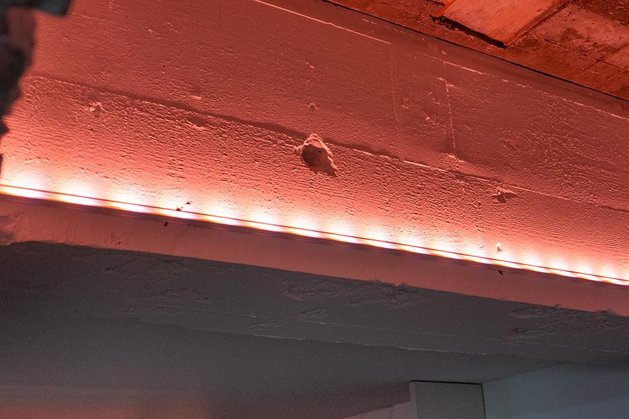 音声でコントロールできるPhilips Hueライトリボンを間接照明に。リボンは好きなサイズにカットすることも。