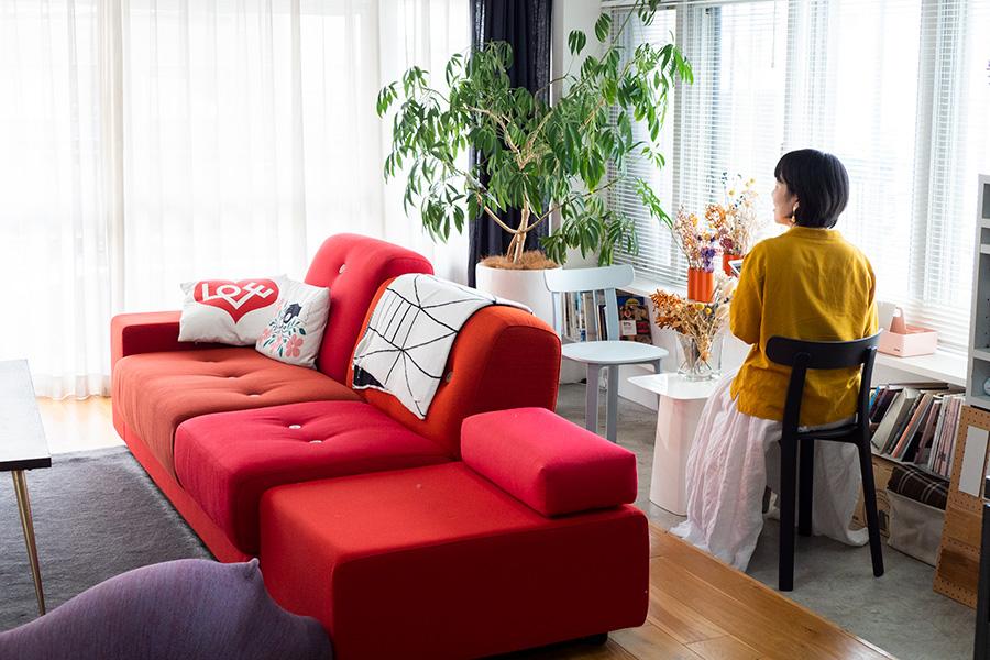 モルタル仕上げのワークスペースを設置。赤いソファーはVitraのPolder Sofa。