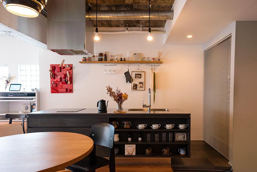 ホームパーティーが開けるように、アイランドのステンレス製キッチンをオーダーメイド。パントリーはブラインドで仕切っている。
