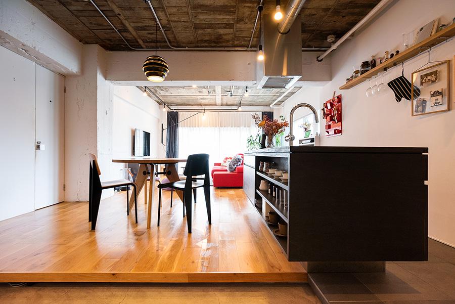 土間と段差をつけてゆるやかに空間を分けて。コンクリートむき出しの天井は、木目模様が現れているところに味わいが。