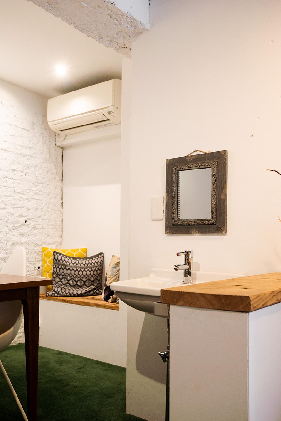 洗面所のあるべッドルームだった空間。左奥の壁はタイルに塗装したもの。