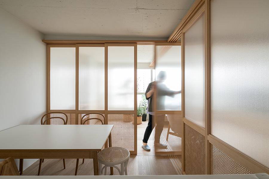仕切った印象を薄めるため、建具を天井いっぱいまでに作った。建具には中空ポリカ板やラタン張りを採用し、圧迫感のない抜けた雰囲気に。
