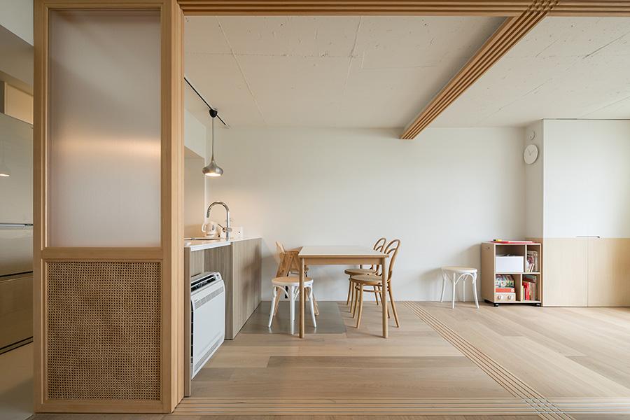 キッチン側を見る。フローリングは空間を仕切ったときに雰囲気が変わるように、方向を90度ずつ変えている。