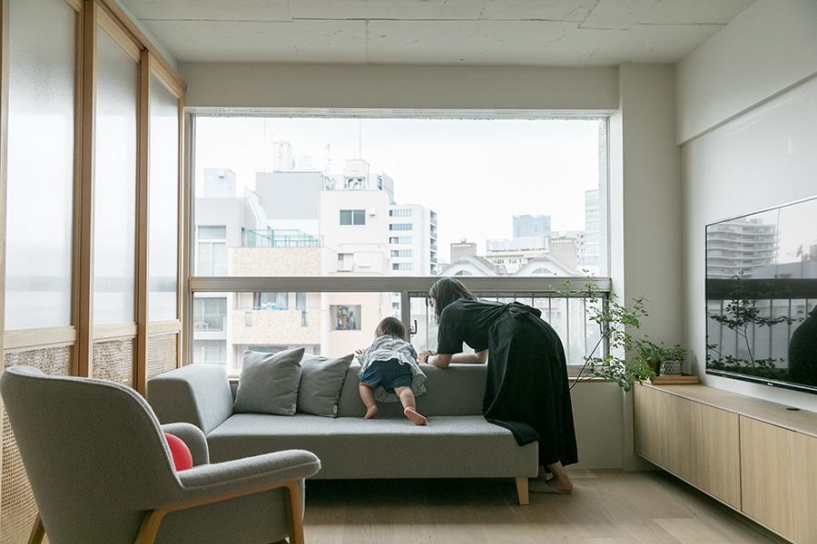 窓台に合わせたローソファは、フランネルソファの制作のもの。