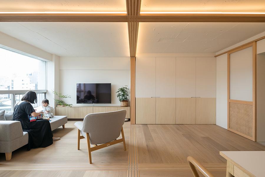 空間に広がりを持たせるため、腰の高さまでは木を、そこから上は白く塗装している。