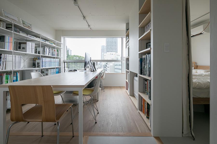 北側の事務所スペース。右手は寝室。将来的には床の木の部分を境にして、ご夫妻の寝室と子ども部屋にする予定。