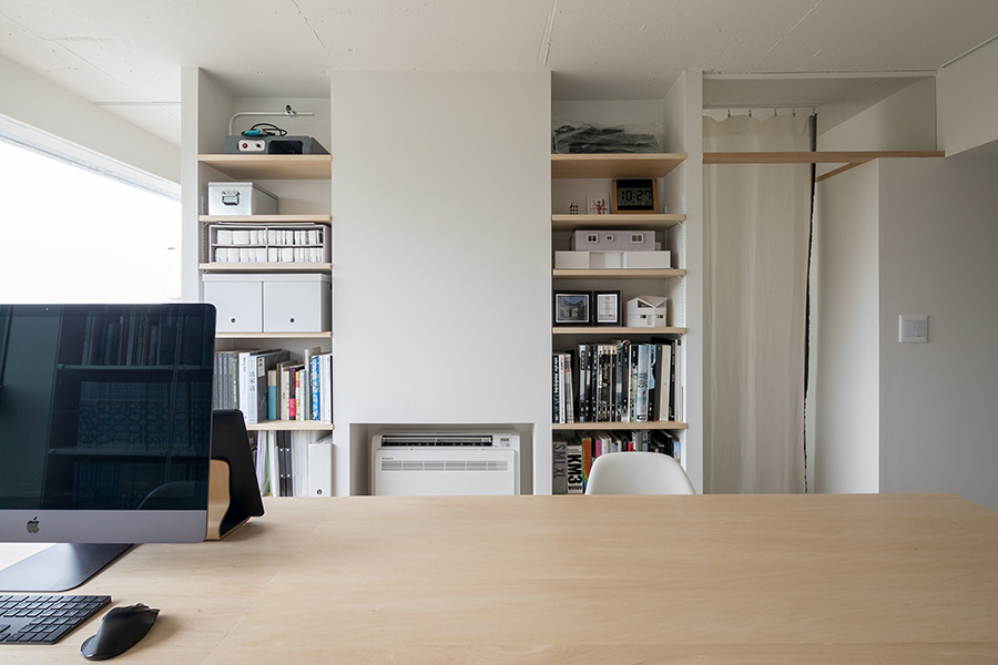 寝室と事務所の空間を仕切ることを考えて設置した作り付けの収納。