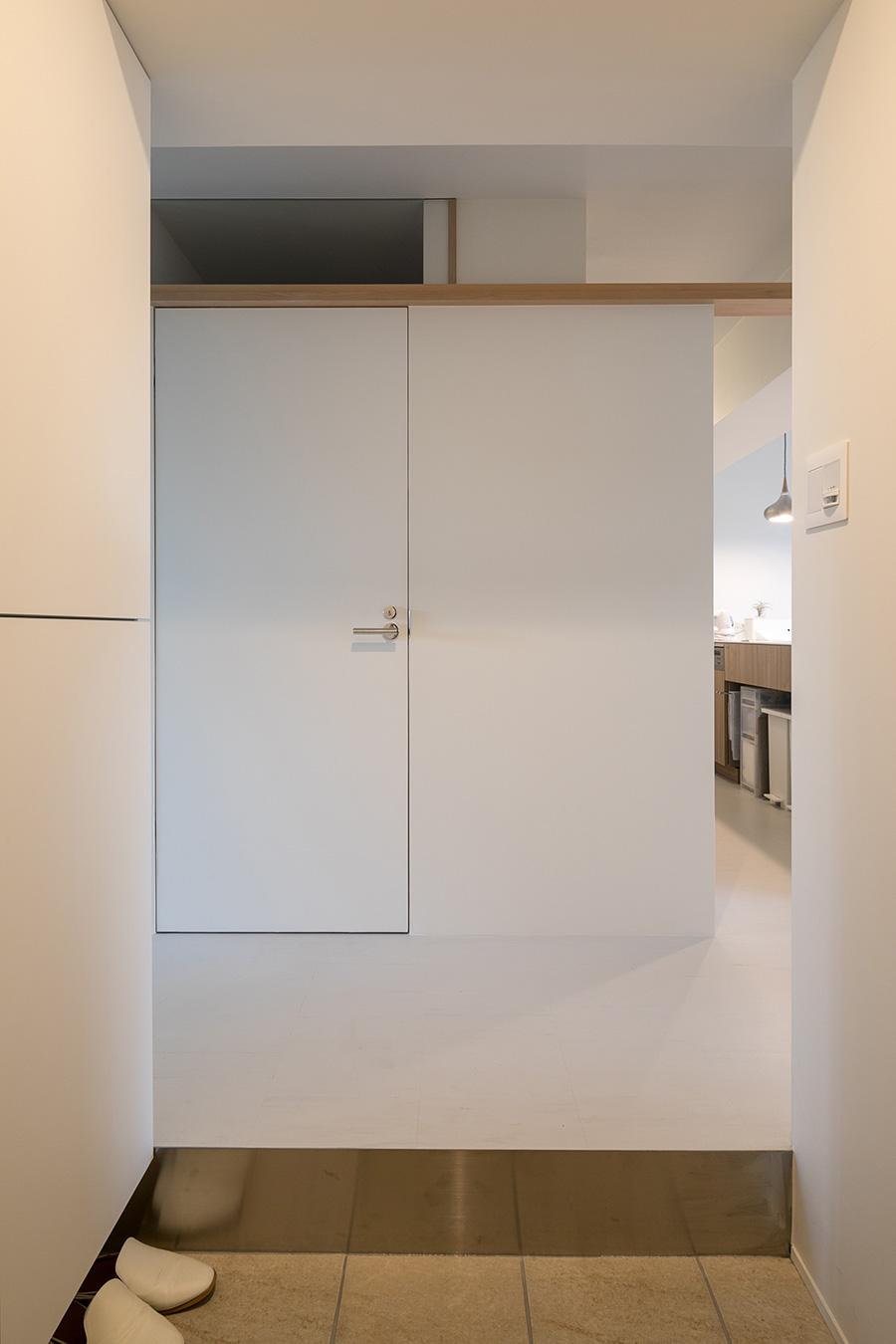 玄関から正面を見る。凹凸を極力なくしたシンプルなデザインを目指した。