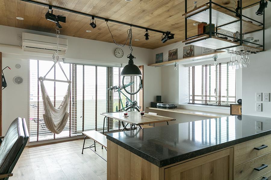 LDKは、南に面した開放的な空間。旅先で利用した宿の雰囲気を出すため、木材を多用している。特に床暖房に対応した床のオーク材にはこだわった。