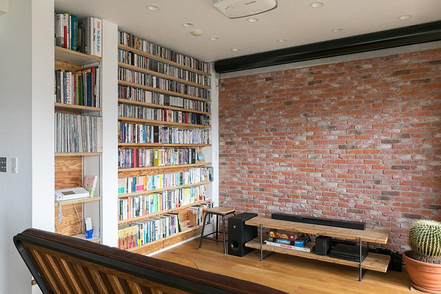 """100インチのスクリーンに合わせ壁を設け、パントリーとの間に棚を設置することで、""""見せる収納""""と""""隠す収納""""を実現。"""