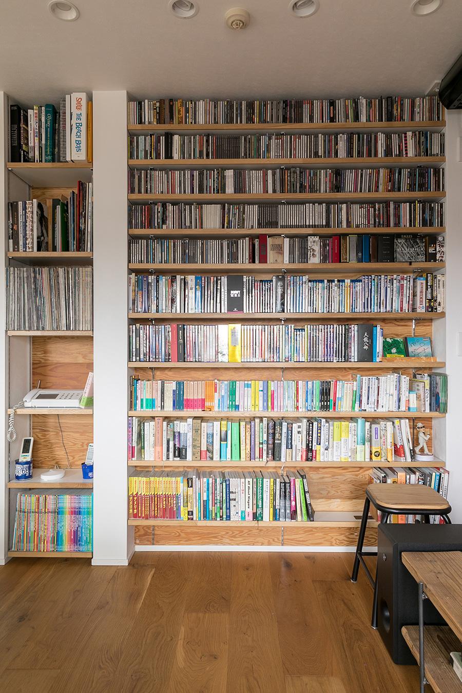 壁一面に造作された大容量の本棚には、本やCDがぎっしり。「いつでも取り出せて聴けるようにしたい」というTさんの希望を叶えた。