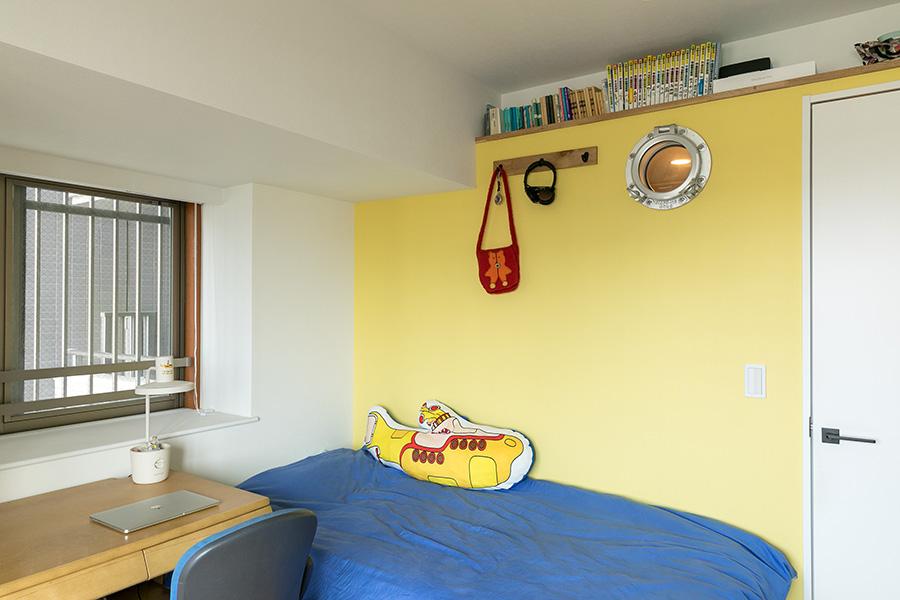 家族それぞれ部屋をもち、ワンポイントで塗られた壁の色が違う。ビートルズ好きな娘さんの部屋はイエローサブマリンをイメージし黄色に。